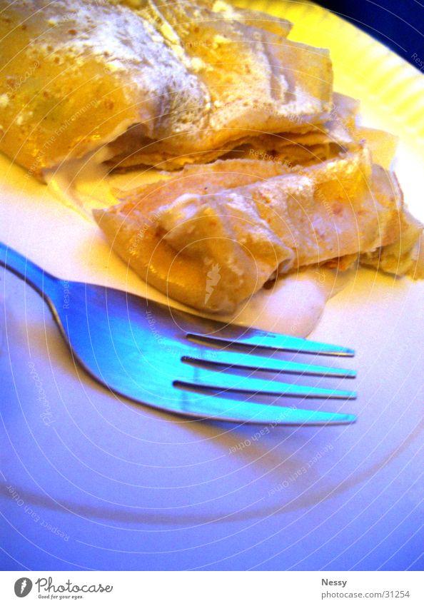Crêpe.jpg blau gelb Ernährung süß Speise Teller Teigwaren Dessert Gabel Pfannkuchen Puderzucker
