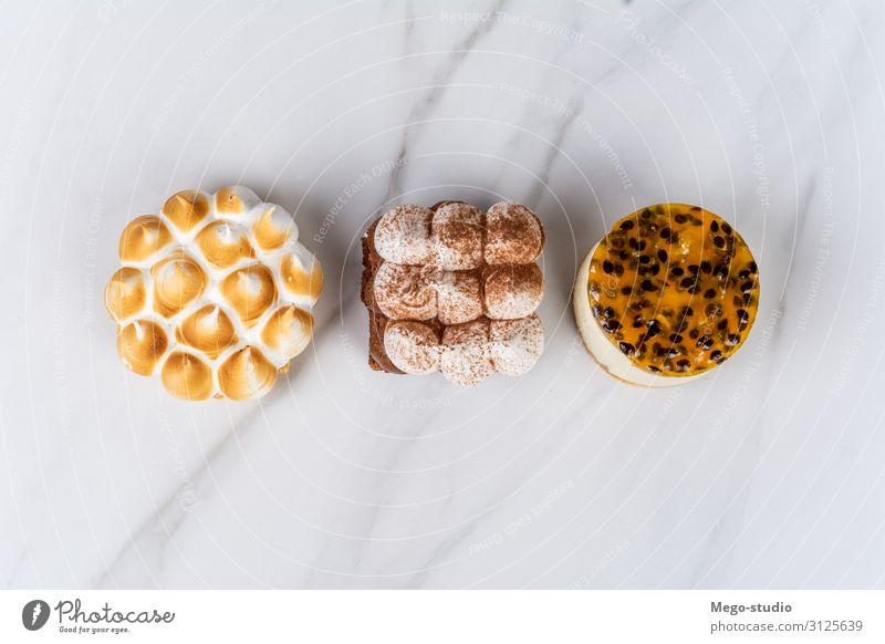 Mini-Schokolade, Zitronenkuchen und Maracuja-Kuchen. Dessert Essen Kakao Teller Dekoration & Verzierung Küche Holz dunkel klein lecker braun Appetit & Hunger