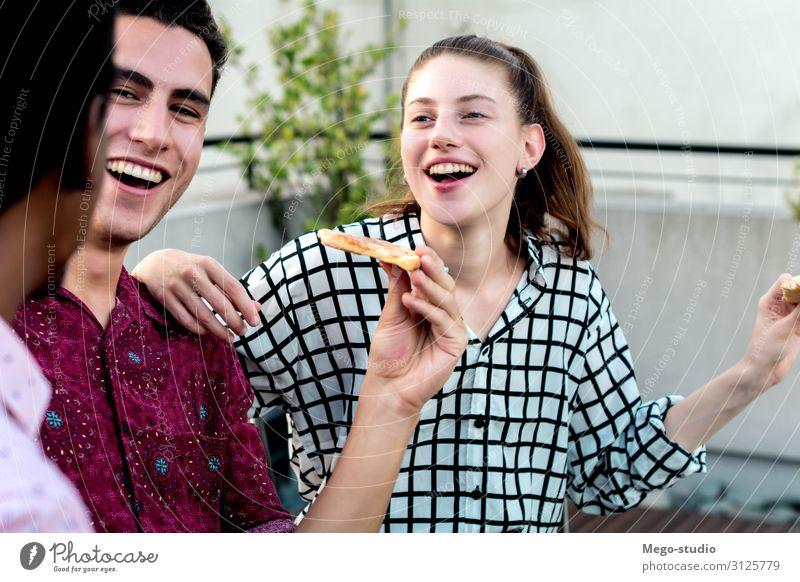 Gruppe junger Freunde mit Pizza und Getränkeflaschen trinken Alkohol Bier Lifestyle Freude Glück Freizeit & Hobby Sommer Tisch Feste & Feiern sprechen Mensch
