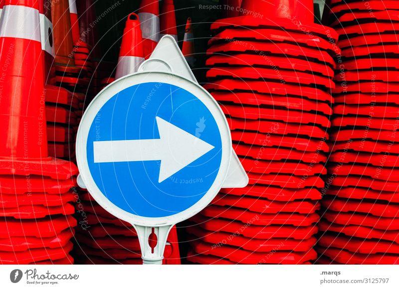 Pfeil nach rechts Verkehr Verkehrsleitkegel Verkehrszeichen blau rot weiß Farbe Wege & Pfade Ziel Orientierung Farbfoto Außenaufnahme Nahaufnahme Menschenleer