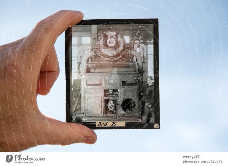 Zeitgeschichte | Bild 20 - Arbeiter vor einer Maschine Thementag Maschinenbau Glasdia Positivfilm Industrie Industriehalle Werkstatt Werkhalle Geschichte Beruf
