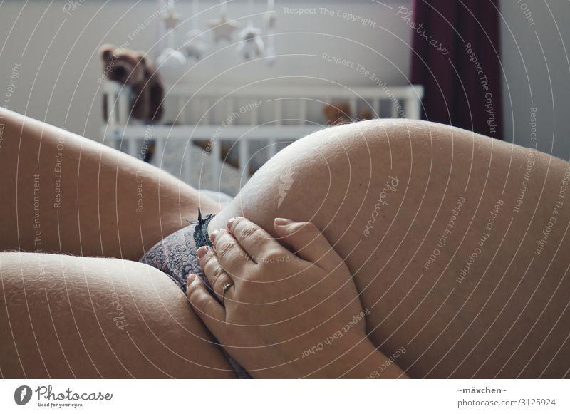 Babybauch Mutter Erwachsene Bauch Erholung liegen schlafen warten rund schön schwanger Erotik feminin Glück Zufriedenheit Vorfreude Optimismus Kraft