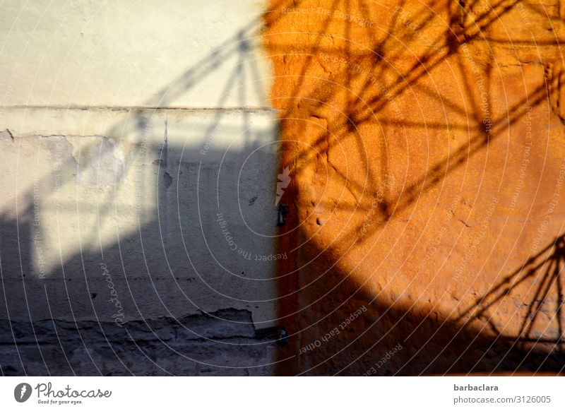 verloren | Bausubstanz Häusliches Leben Baustelle Haus Gebäude Mauer Wand Fassade Kran Stein Beton Arbeit & Erwerbstätigkeit alt kaputt Stadt grau orange planen