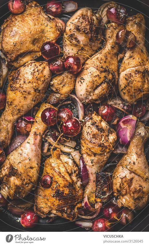 Gebratene Hähnchenkeulen mit Trauben Lebensmittel Fleisch Ernährung Bioprodukte Stil Design Hintergrundbild Zwiebel Weintrauben Foodfotografie gebraten Essen