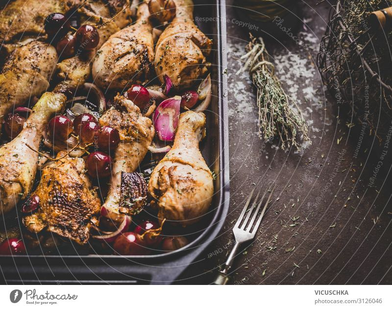 Gebratene Hähnchenkeulen mit roten Zwiebeln und Trauben Lebensmittel Ernährung Abendessen Geschirr Stil Design Küche Restaurant Essen zubereiten Foodfotografie