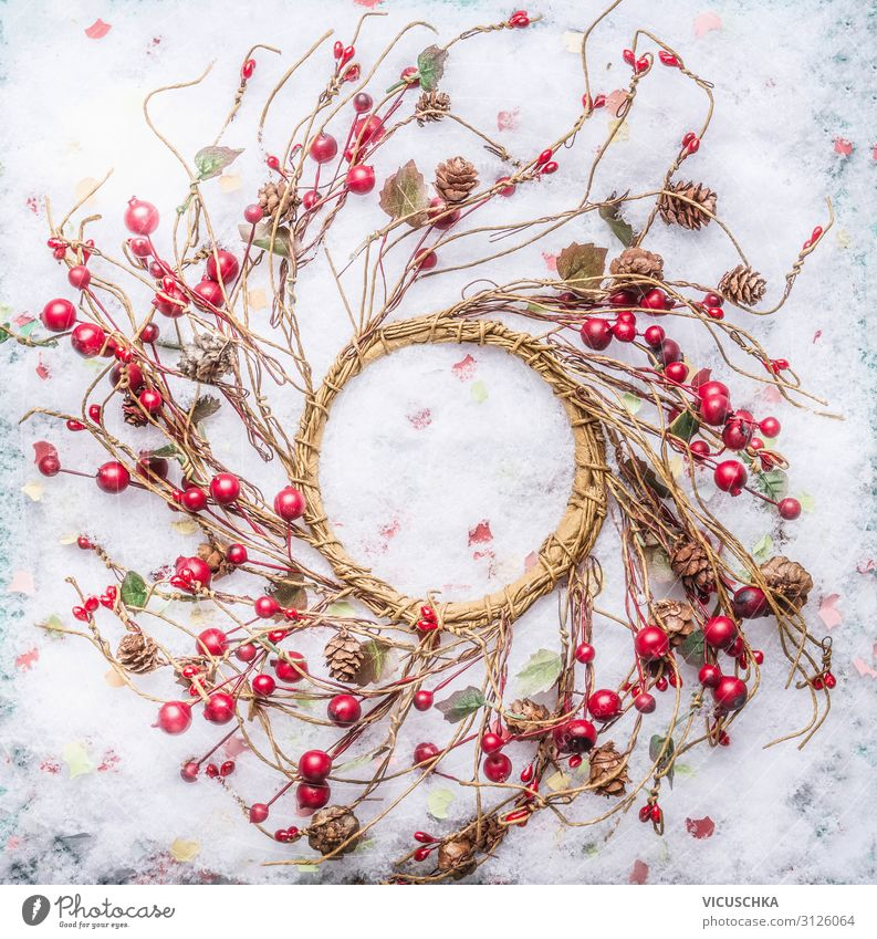 Weihnachtskranz mit roten Beeren auf Schnee Stil Design Winter Party Veranstaltung Feste & Feiern Weihnachten & Advent Natur Dekoration & Verzierung Ornament