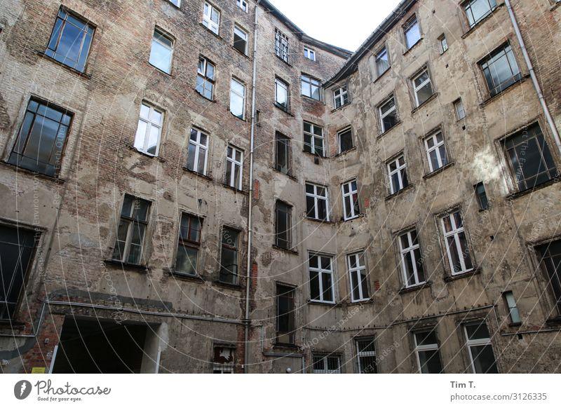 Berlin Hinterhof Prenzlauer Berg Stadt Hauptstadt Stadtzentrum Altstadt Menschenleer Haus Bauwerk Gebäude Architektur Mauer Wand Fassade Fenster