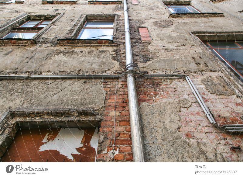 Hinterhof Berlin Prenzlauer Berg Stadt Hauptstadt Stadtzentrum Altstadt Menschenleer Haus Bauwerk Gebäude Architektur Mauer Wand Fassade Fenster Verfall