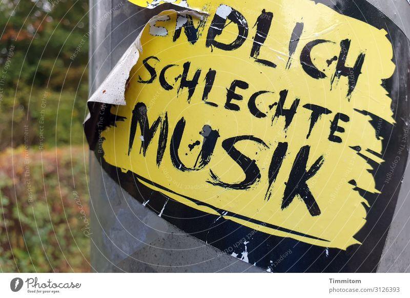 Punk Marketing Band Bamberg Laternenpfahl Metall Kunststoff Schriftzeichen kaputt trashig gelb grau schwarz Werbung Punkrock Etikett Farbfoto Außenaufnahme