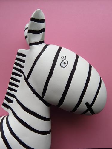 Bretonische Streifen Wildtier Zebra 1 Tier Blick rosa schwarz weiß Design schick Dekoration & Verzierung Farbfoto Studioaufnahme Menschenleer