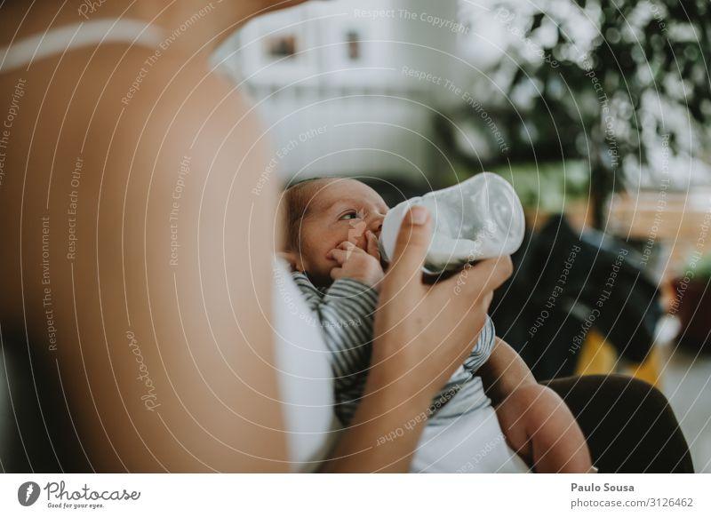 Baby zu Hause mit der Flasche füttern neugeboren Zusammensein Zusammengehörigkeitsgefühl Mutter Mutterschaft schön Eltern Glück Frau Kindheit