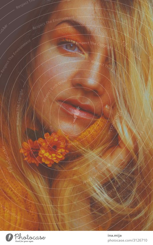 herbstlich schön Mensch feminin Junge Frau Jugendliche Erwachsene Leben 1 18-30 Jahre Blume Pullover Haare & Frisuren blond gelb gold orange kuschlig warten