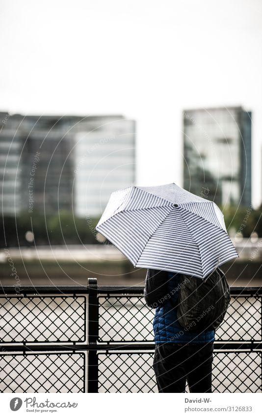verregnet Mann steht Regenschirm Zaun draußen Herbst herbstlich schlechtes Wetter Häuser Stadt Unwetter nass Wassertropfen Farbfoto Außenaufnahme Rückansicht