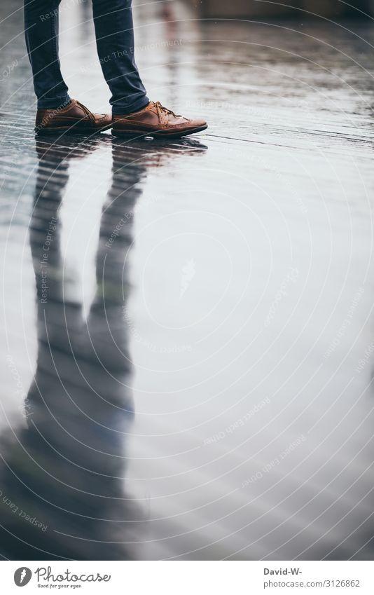 warten Mann Spiegelung spiegeln Schatten nass Regen Regenwetter Herbst herbstlich Reflexion & Spiegelung Farbfoto Wassertropfen Außenaufnahme feucht Licht
