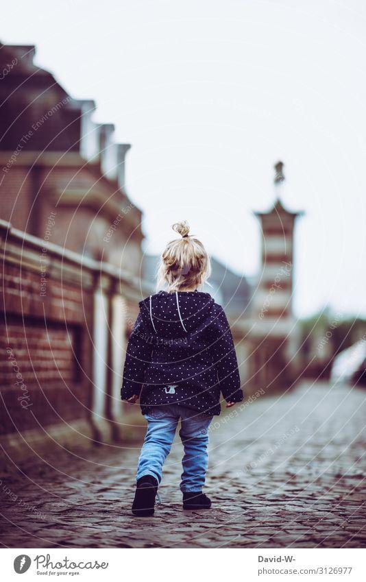 kleine Prinzessin erkundet das Schloss Kindererziehung Bildung Mensch feminin Kleinkind Mädchen Kindheit Leben Kopf Haare & Frisuren 1 1-3 Jahre Kunst Kunstwerk