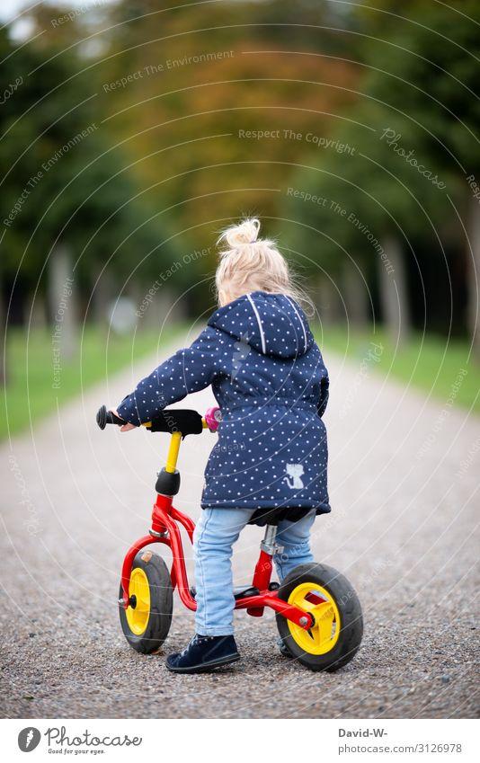 Kind fährt Fahrrad Kinderfahrrad selbstbewußt Fahrradhelm Sicherheit Starke Tiefenschärfe Wege & Pfade fahren Fahrradfahren lernen üben üben üben