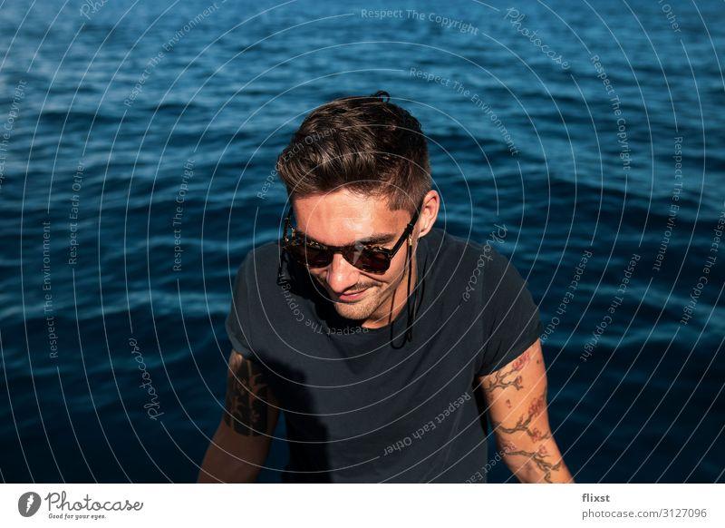 Junger Mann am Meer Abenteuer Freiheit Sommer maskulin Jugendliche 1 Mensch 18-30 Jahre Erwachsene Schönes Wetter genießen dankbar Verantwortung achtsam Kraft