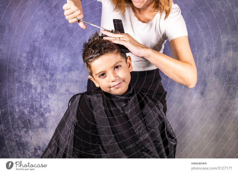 Der schöne Junge lässt sich mit der Schere die Haare schneiden. Lifestyle elegant Stil Haare & Frisuren Kind Arbeit & Erwerbstätigkeit Beruf Arbeitsplatz