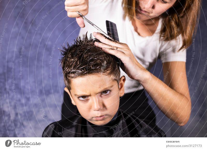 Der schöne Junge lässt sich mit der Schere die Haare schneiden. Lifestyle kaufen Stil Design Haare & Frisuren Gesicht Kind Beruf Friseur Arbeitsplatz Business
