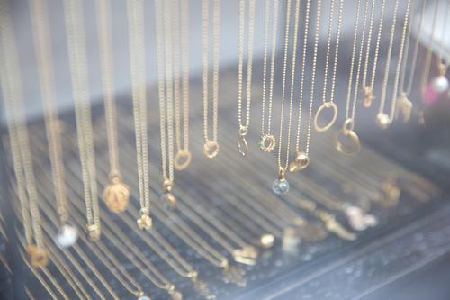 Geschmeide kaufen Reichtum Stil Schmuck Schaufenster Halskette glänzend authentisch schön modern positiv Vorfreude Design elegant genießen Idee Qualität feminin
