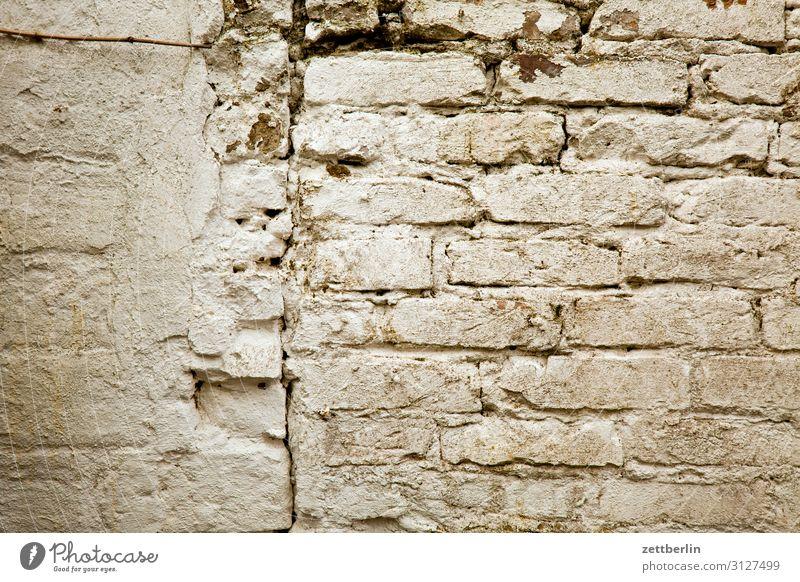 Mauerwerk Gemäuer Fuge Wand Trennung Strukturen & Formen Nachbar Grundstück weiß grau alt Handwerk Altbau Lagerschuppen Garage Menschenleer Textfreiraum