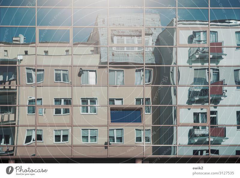 Kastengesellschaft Wolkenloser Himmel Kolobrzeg Kolberg Polen Osteuropa Kleinstadt Stadtzentrum bevölkert Haus Mauer Wand Fassade Balkon Fenster Spiegelbild