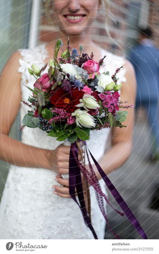 Der Strauß Frau Mensch Jugendliche schön weiß Freude 18-30 Jahre Lifestyle Erwachsene Leben Liebe feminin Gefühle lachen Glück Feste & Feiern