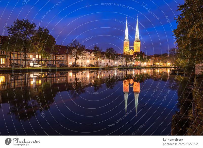 Lübeck an der Trave Architektur Kultur Flussufer Deutschland Europa Stadt Stadtzentrum Skyline Haus Dom Bauwerk Gebäude Sehenswürdigkeit blau