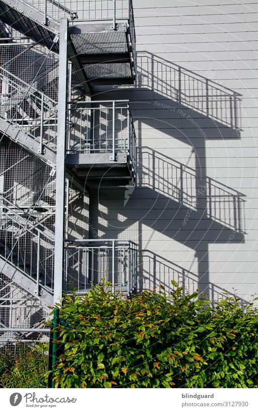 Geo-Metrie-Sommer-Sonnen-Treppen-Schatten-Wurf modern Rettungsweg Rettunstreppe Architektur Fassade Wand Gebäude Mauer Bauwerk Außenaufnahme Tag Menschenleer