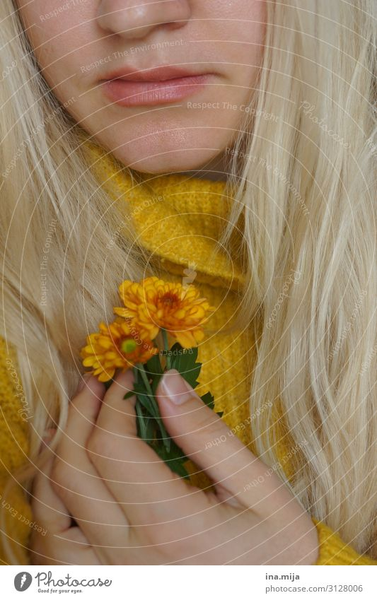 Herbststimmung Mensch feminin Junge Frau Jugendliche Erwachsene Freundschaft Leben 1 18-30 Jahre 30-45 Jahre Natur Blume Chrysantheme Pullover Haare & Frisuren