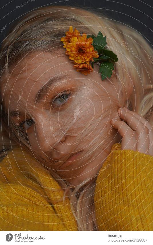 Den Herbst in den Haaren Lifestyle Stil schön Körperpflege Allergie harmonisch Wohlgefühl Erholung ruhig Duft Mensch feminin Junge Frau Jugendliche Erwachsene