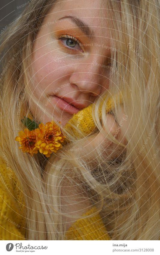 _ lernen Student Gartenarbeit Mensch feminin Junge Frau Jugendliche Erwachsene Gesicht 1 13-18 Jahre 18-30 Jahre Herbst Pflanze Blume Chrysantheme Pullover