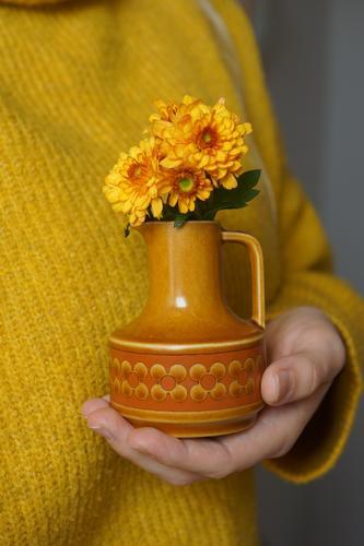 Damals Dekoration & Verzierung Kitsch Krimskrams Souvenir Sammlung Sammlerstück Vase Blühend historisch retro gelb orange Treue Gastfreundschaft dankbar Farbe