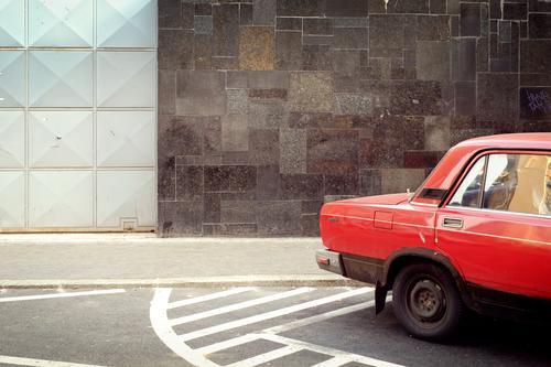 rotes auto Stadt Haus Straße Wand Mauer Fassade PKW retro Hauptstadt Tor trashig Fahrzeug KFZ parken Oldtimer