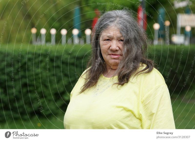 Gabi Mensch feminin Weiblicher Senior Frau 1 60 und älter Blick warten natürlich bescheiden Farbfoto Außenaufnahme Nahaufnahme Textfreiraum links Tag Oberkörper