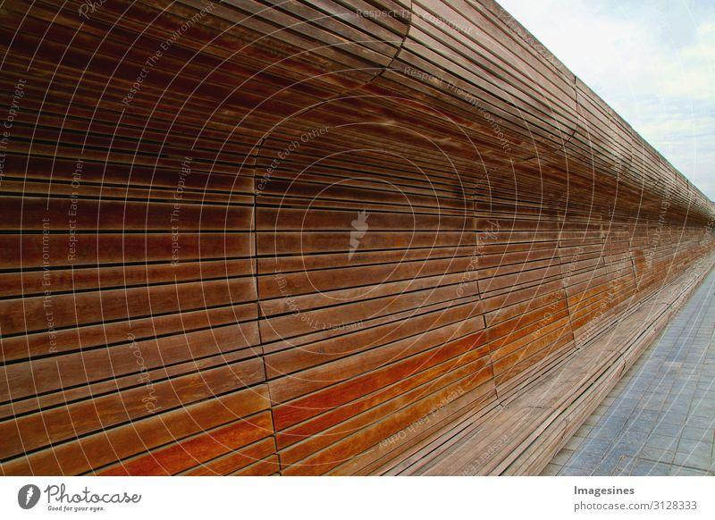 """Holzbank Platz Architektur Bank Streifen modern braun Design ruhig """"lang geschwungen durchgehend Rückenlehne gebogen dunkelbraun"""