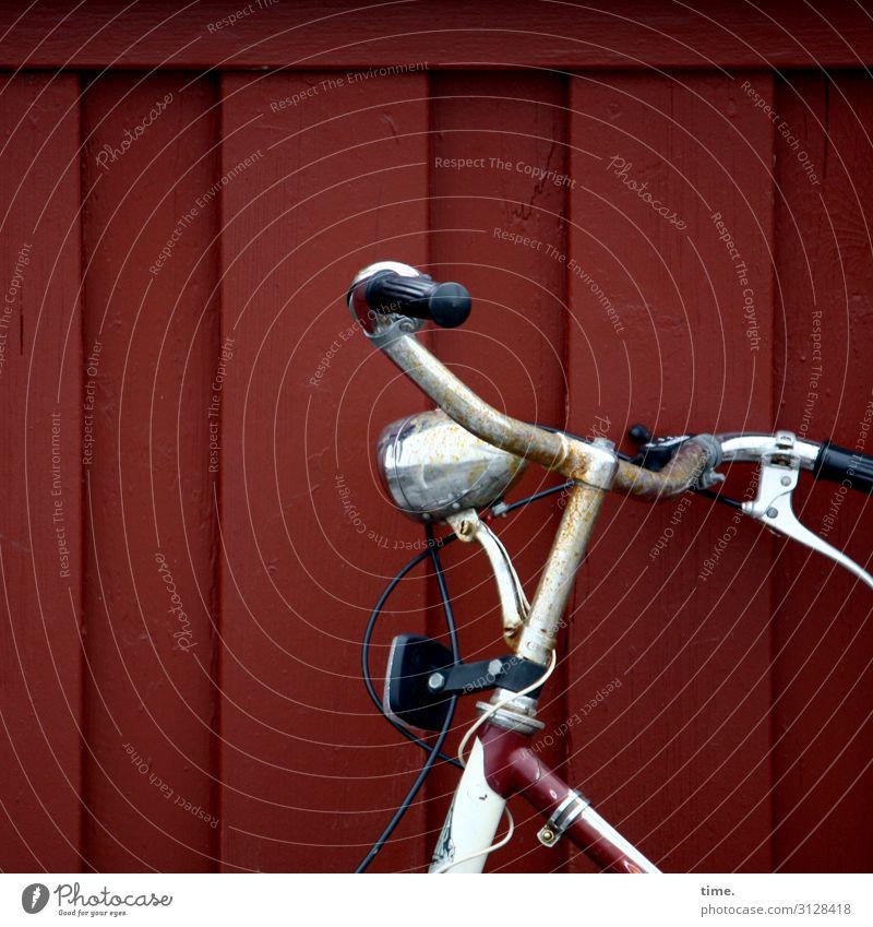 müder Gefährte warten dunkel fahrrad alt fahrradlenker lampe wand pause ausruhen angelehnt abgestellt kabel metall holz kunststoff gefährt