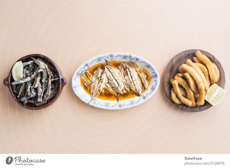 Typische Fischvielfalt in Spanien Fleisch Meeresfrüchte Gemüse Brot Ernährung Mittagessen Abendessen Teller Tisch Restaurant Holz frisch grün weiß Hintergrund
