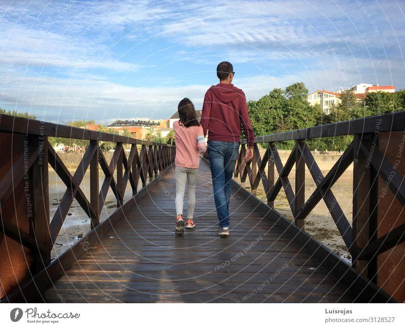 Vater und Tochter gehen auf einer Holzbrücke. Lifestyle Ferien & Urlaub & Reisen Tourismus wandern Mensch maskulin Kind Mädchen Junger Mann Jugendliche