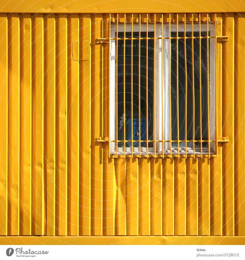 Dichtwerk Häusliches Leben Bauwerk Mauer Wand Fenster Fenstergitter Gitter Container Metall Linie Streifen gelb Schutz Wachsamkeit Überraschung Angst Stress