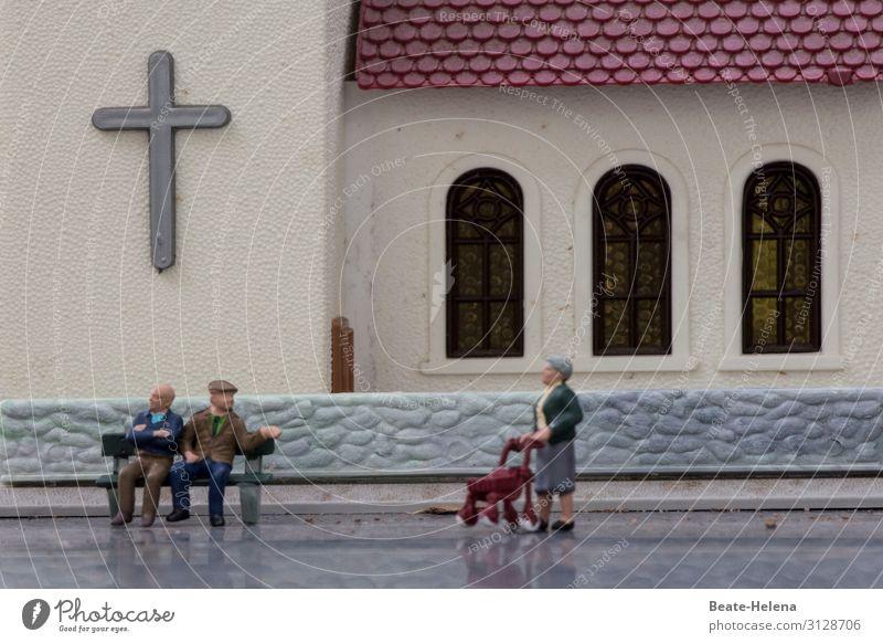 Zusammenkunft Feste & Feiern Rollator Weiblicher Senior Frau Männlicher Senior Mann 3 Mensch Dorf Kirche Mauer Wand Straße Bekleidung Mütze Bank beobachten