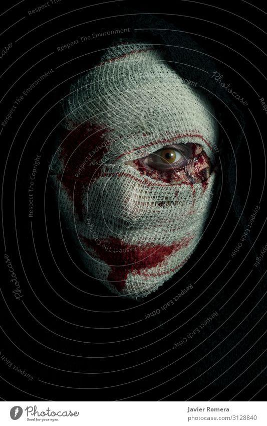 Verbundene, schreckliche Frau mit einem blutigen Blick. Haut Schminke Halloween Erwachsene Traurigkeit dunkel Ekel hässlich schwarz Tod Angst Entsetzen
