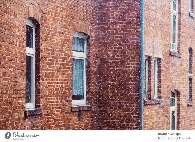 rote Backsteinfassade mit Schneeflocken im Winter Weihnachten & Advent Landschaft Haus Fenster Hintergrundbild Architektur Wärme Gebäude Deutschland Fassade