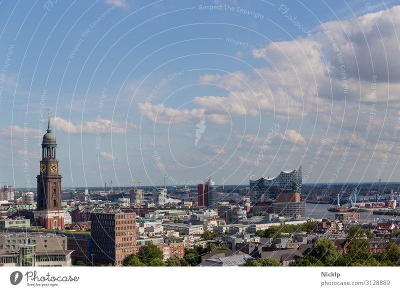 """Hamburg, Deutschland Stadt Panorama Elbphilharmonie """"Elphi"""" Wasser Himmel Wolken Sonnenlicht Sommer Schönes Wetter Fluss Elbe Hauptstadt Hafenstadt Skyline"""