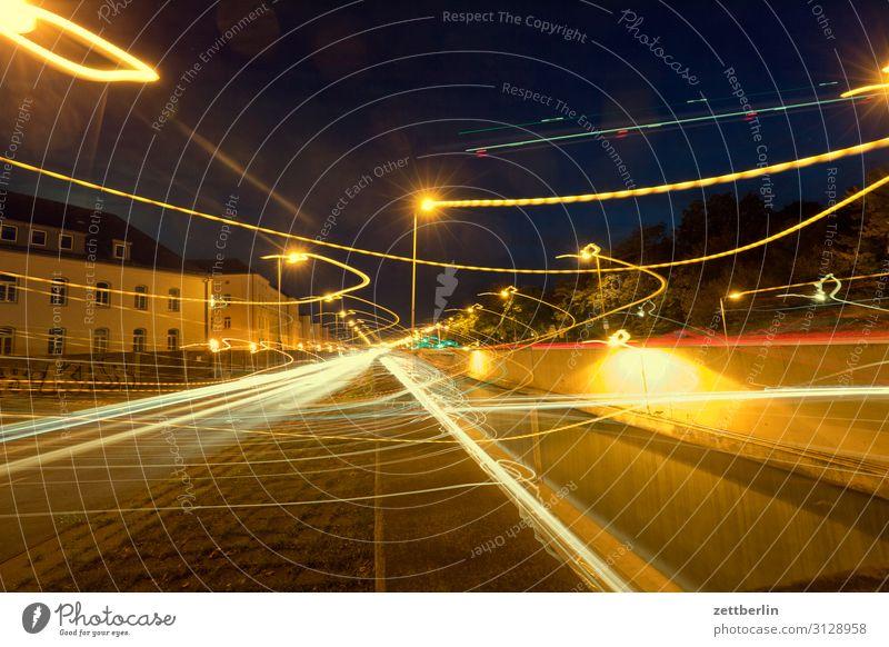 Irrlichter im Straßenverkehr PKW Autobahn Bewegung mehrfarbig Dynamik Phantasie Fantasygeschichte glänzend Eile Kunst Licht Lichtspiel Lichtschreiben