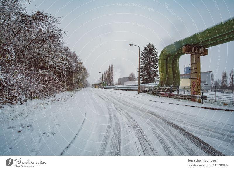 Weitwinkel Winterlandschaft Straße im Industriegebiet kalt Schnee Freiheit Schneefall Metall gefroren Eisenrohr Rohrleitung Schneeflocke industriell Pipeline