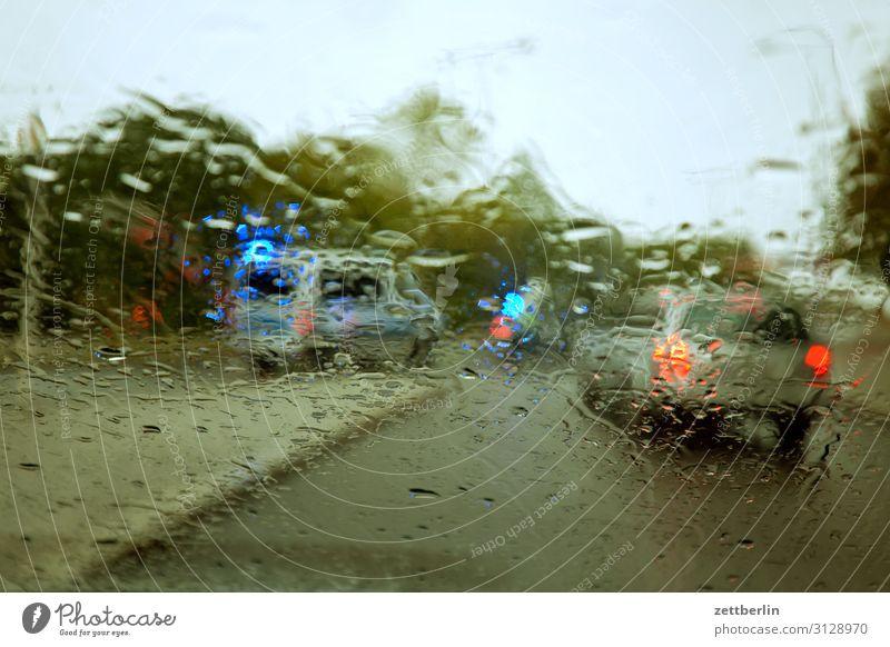 Unfall im Regen PKW Autobahn Kohlendioxid bedrohlich gefährlich Risiko Herbst Menschenleer nass Nieselregen Polizist Polizei Wassertropfen