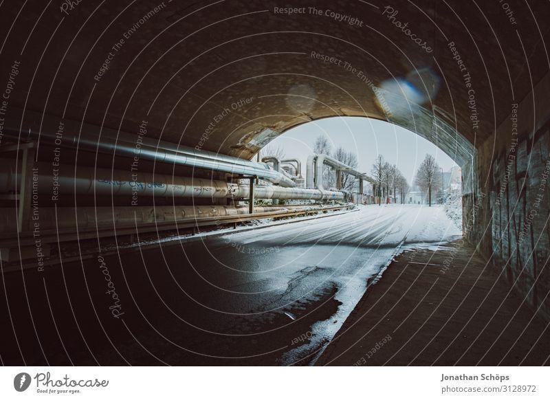 Weitwinkel Tunnel mit Rohrleitungen im Winter Straße Aquädukt Brücke kalt Freiheit gefroren industriell Metall Metallwaren Außenaufnahme Pipeline Eisenrohr