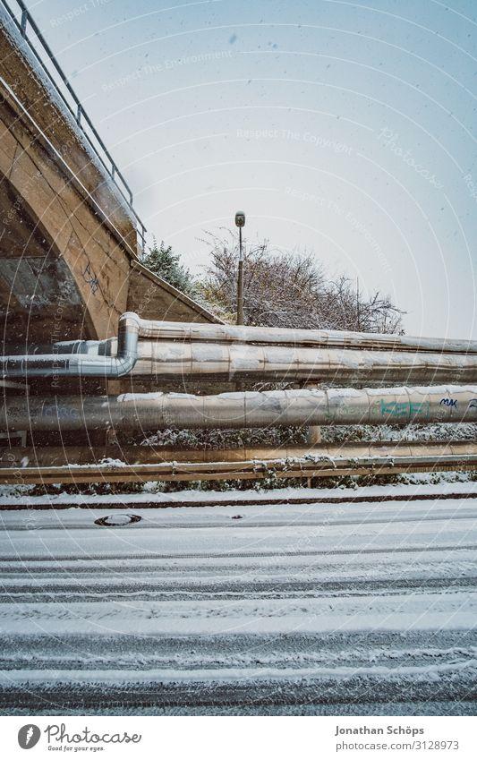 Weitwinkel Industrie Winterlandschaft mit Schneeflocken Straße kalt Freiheit Schneefall Metall Brücke Metallwaren Straßenbeleuchtung Laterne gefroren Eisenrohr