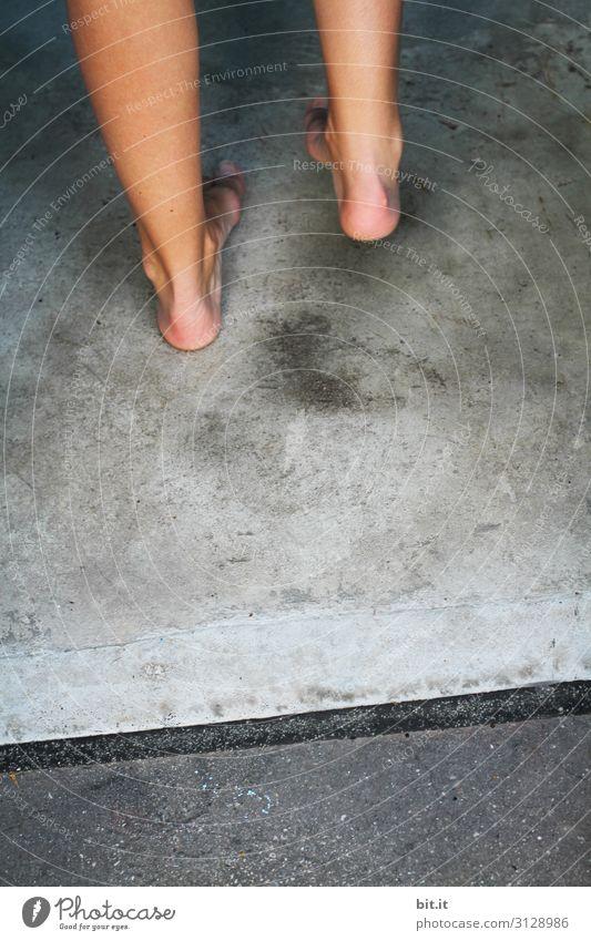Füße auf Beton Gesundheit Wellness Sinnesorgane Erholung ruhig Spa Massage Akupunktur Sauna Dampfbad Schwimmbad Schwimmen & Baden Mensch Beine Fuß Treppe stehen